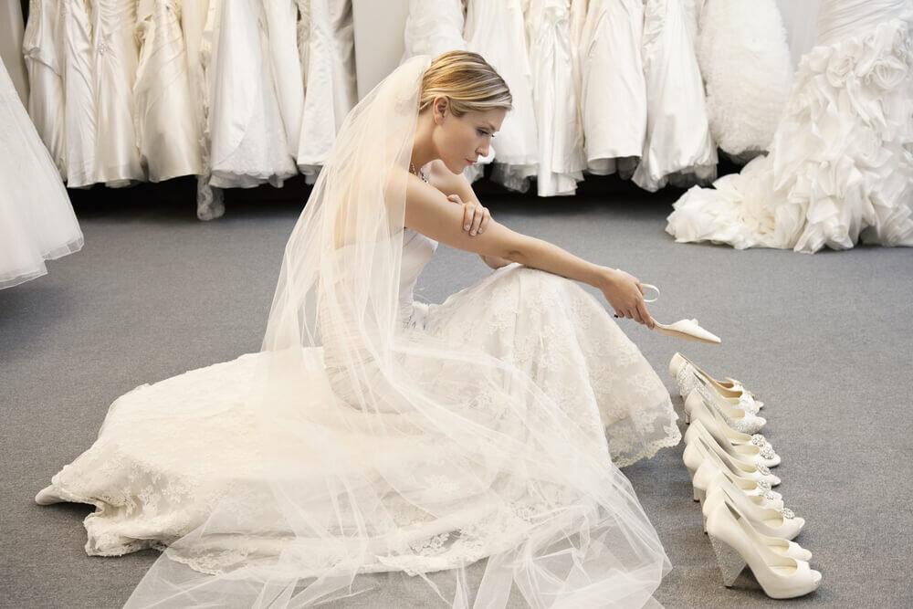 靴を選ぶ花嫁