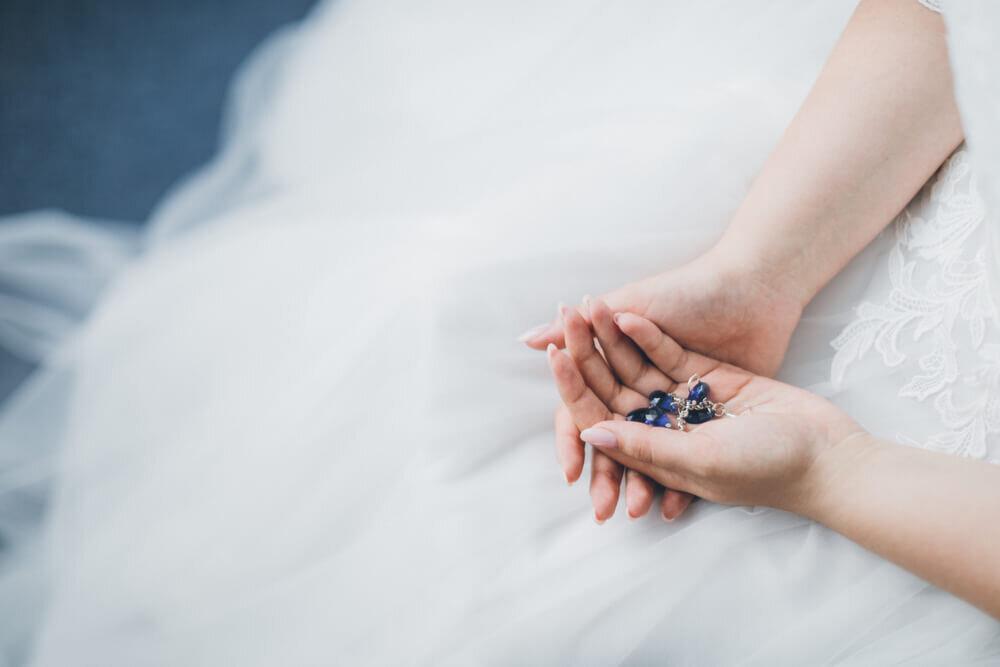 青い石を持つ花嫁