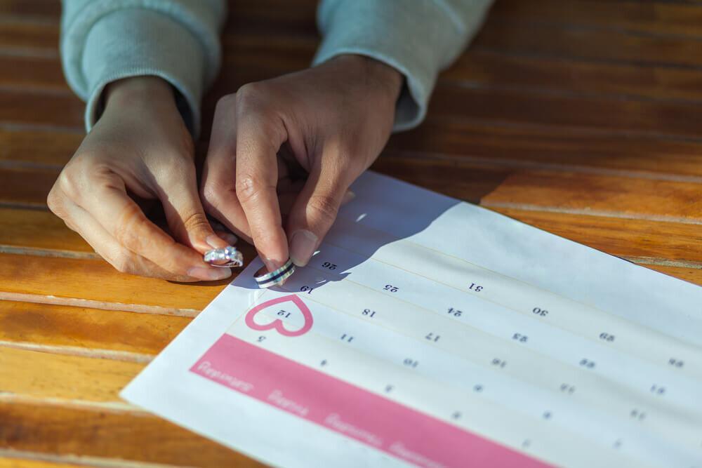 結婚記念日を確認する夫婦