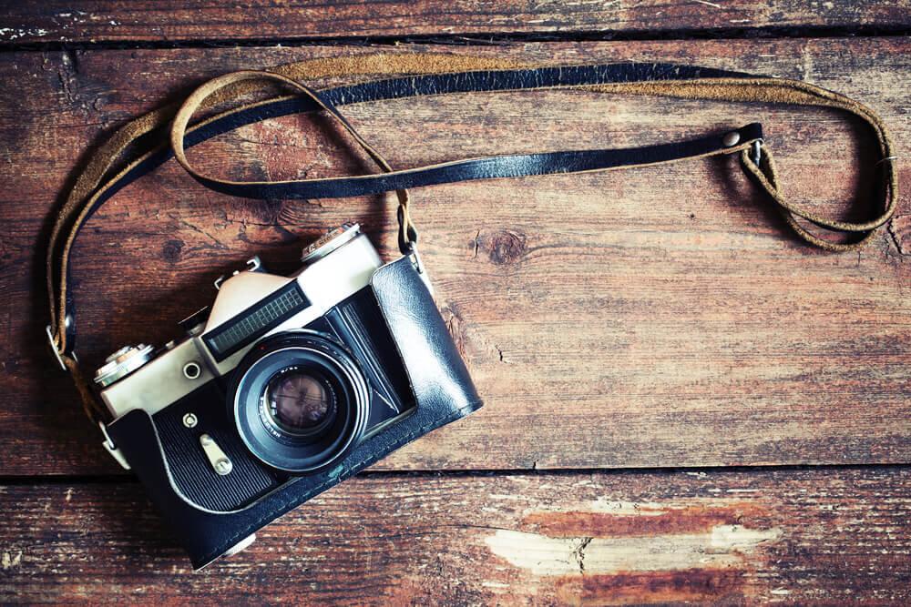 テーブルに置かれたカメラ