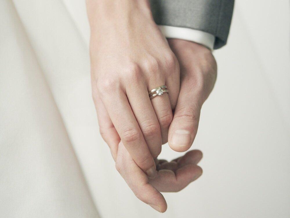 フェスタリアの結婚指輪をつけた夫婦