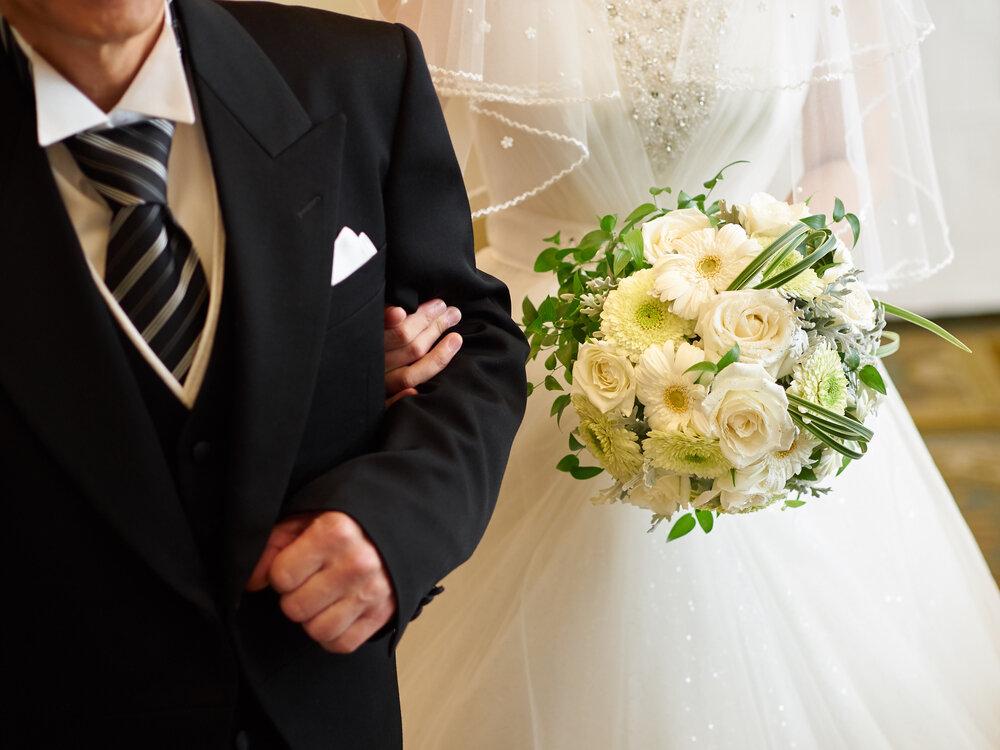 モーニング姿の父親と花嫁