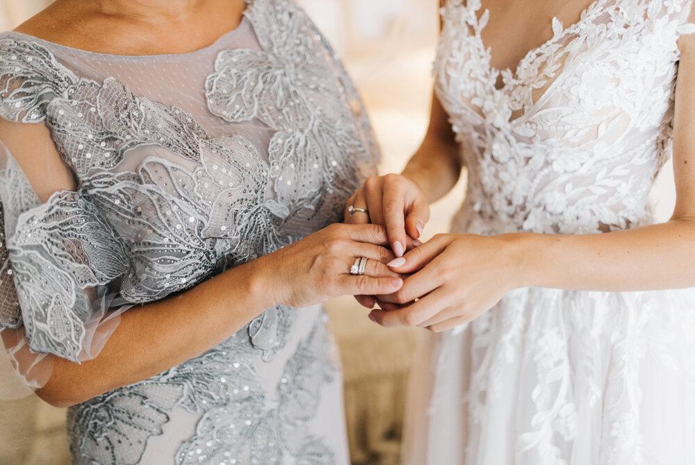 ドレスを着た母親と花嫁