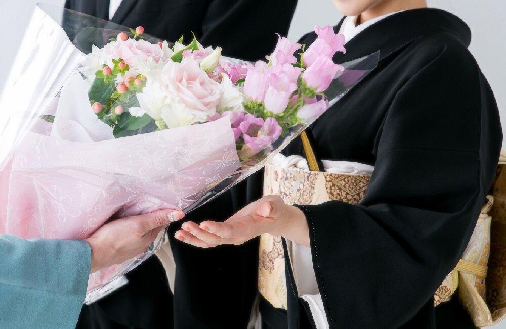 結婚式で花束を受け取る母親