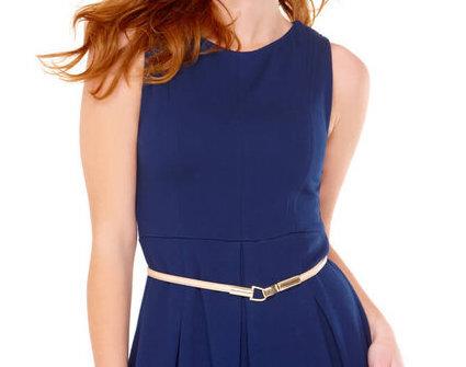 紺のワンピースを着用している女性