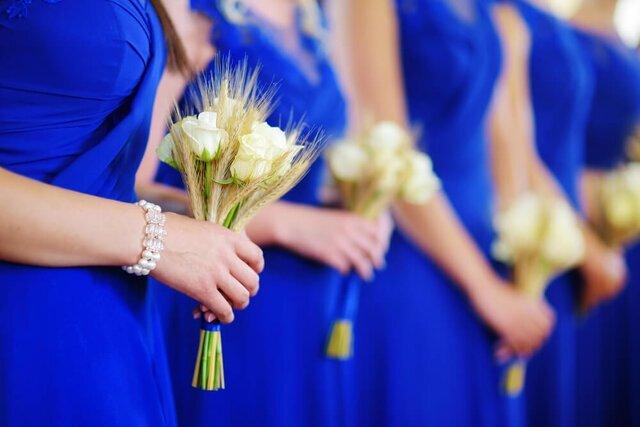 青い衣装を着たブライズメイド