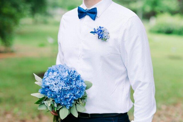 青いネクタイの新郎