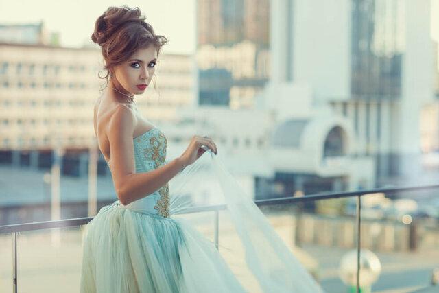 青いドレスを着た女性