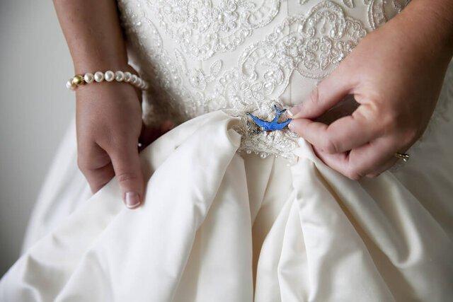 ドレスに青い鳥を着けた女性