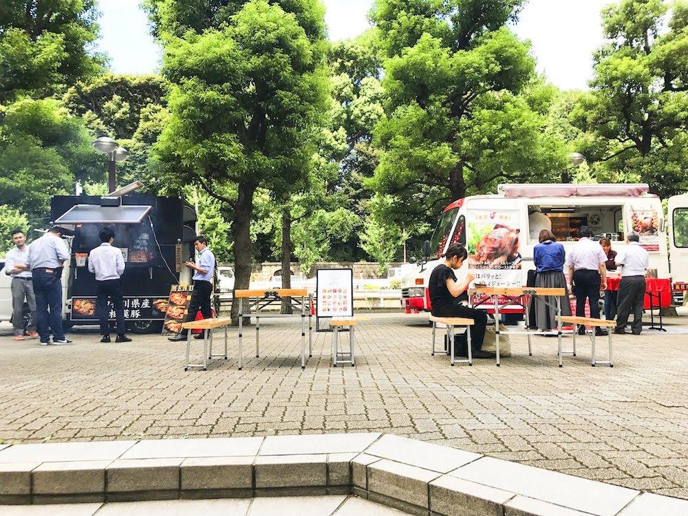 キッチンカー(フードトラック)が複数出店する広場