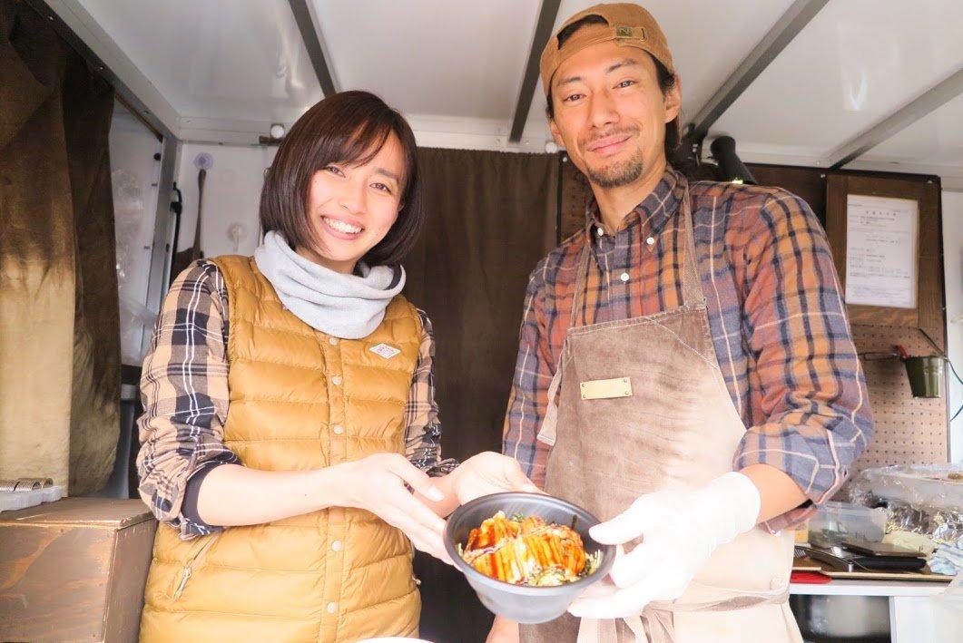 キッチンカー(フードトラック)で調理中のスタッフ