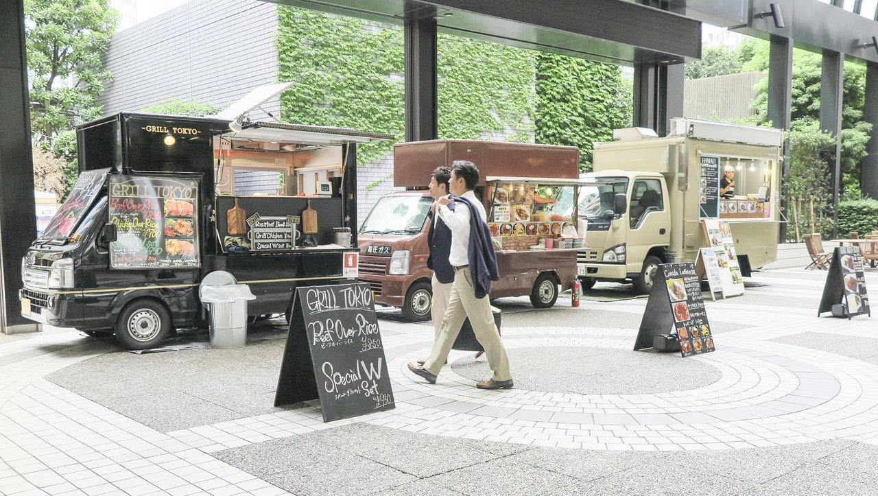 オフィス街に並ぶキッチンカー(フードトラック)