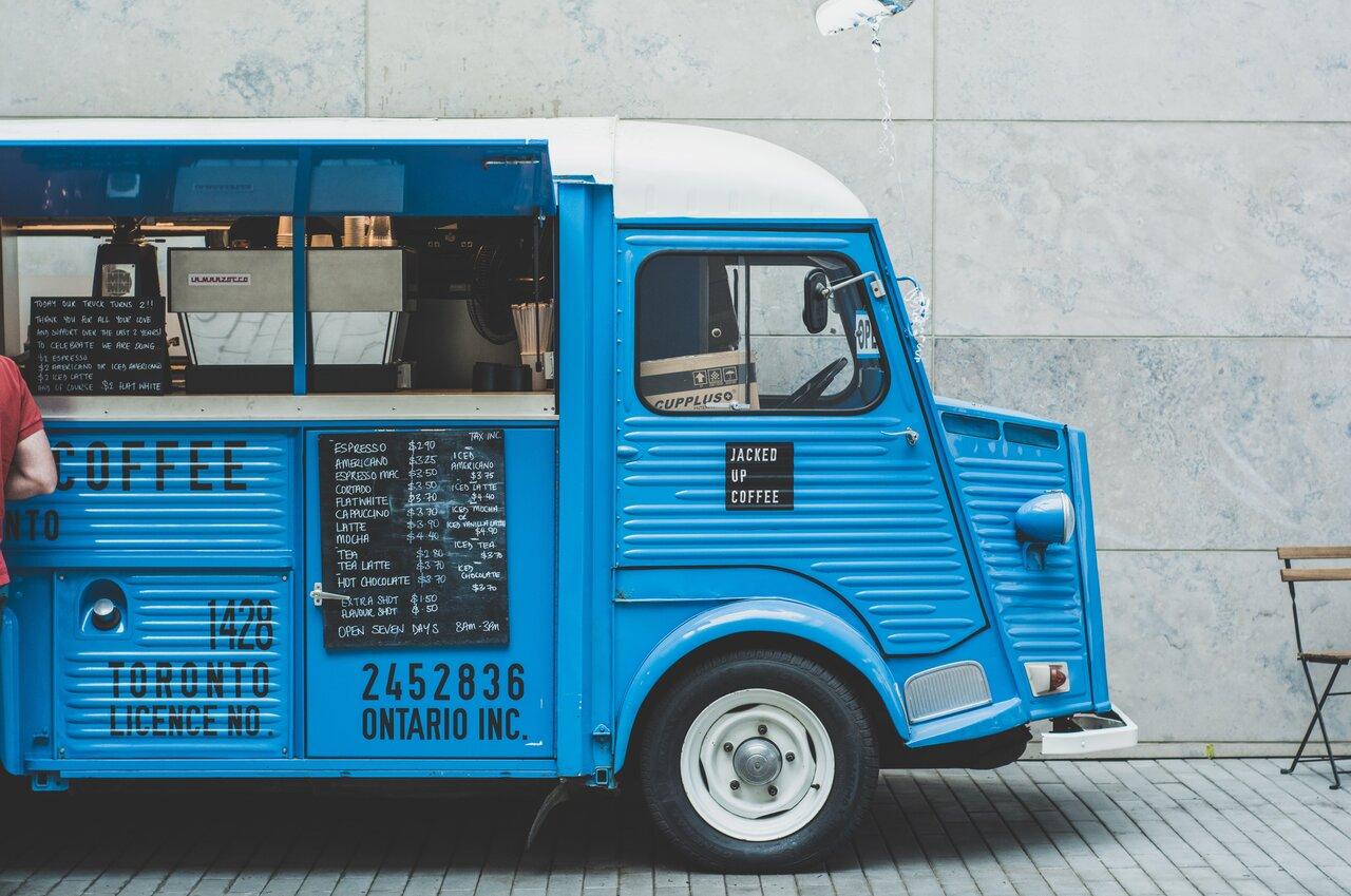 青いフードトラック
