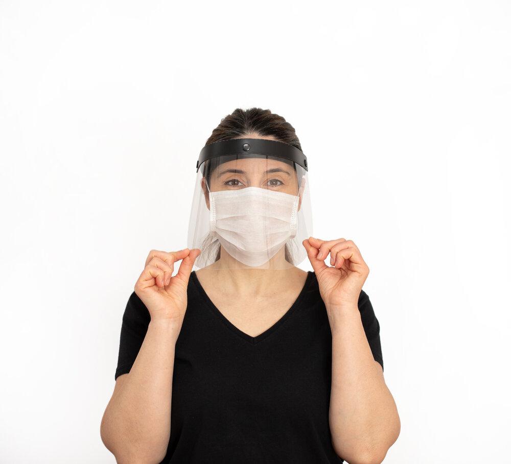 フェイスシールドとマスクをつけた女性