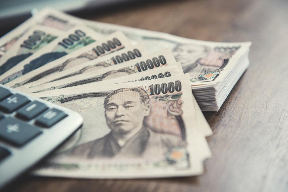 テーブルに置かれた一万円札