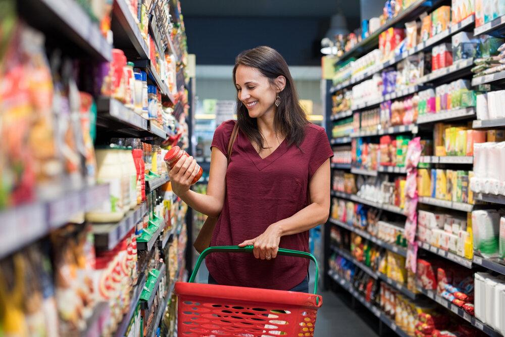 スーパーマーケットで食材を眺める女性