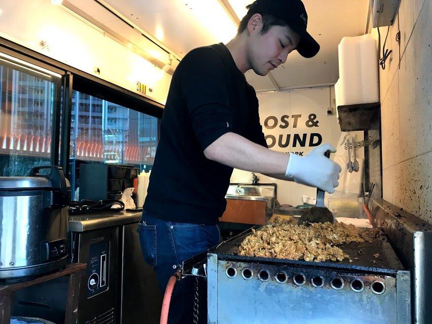 キッチンカーで調理するスタッフ