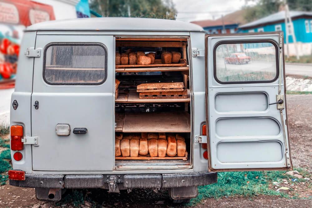 パンを積んでいるキッチンカー