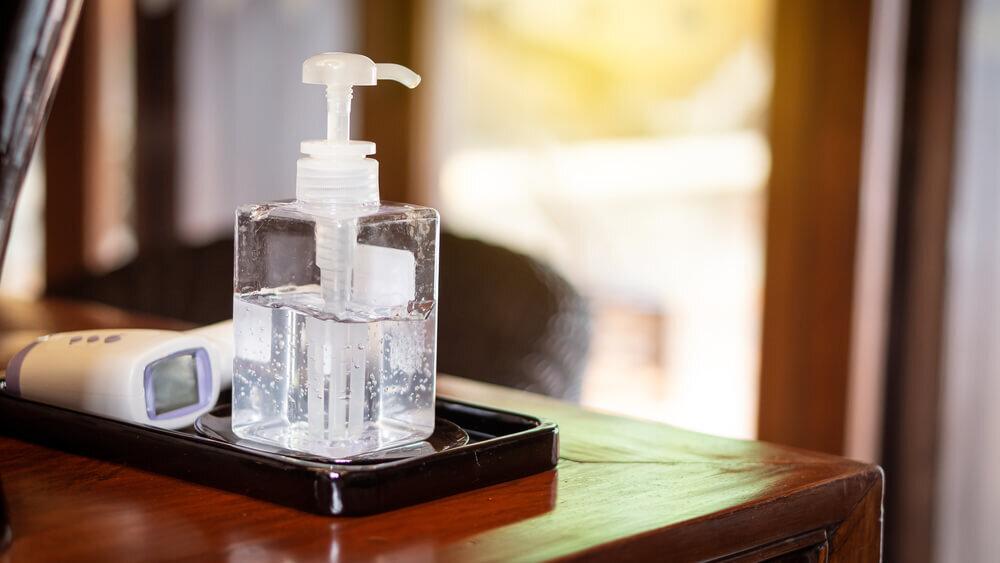 消毒液のボトルと体温計