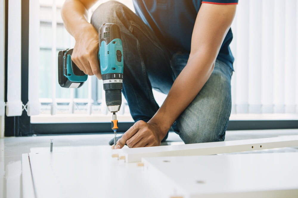 家具を組み立てるインストーラー
