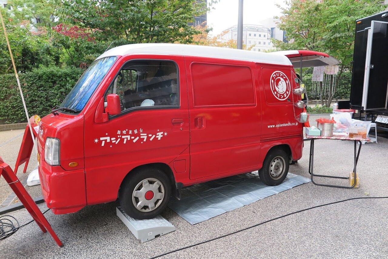 赤い車両が目を引くキッチンカー