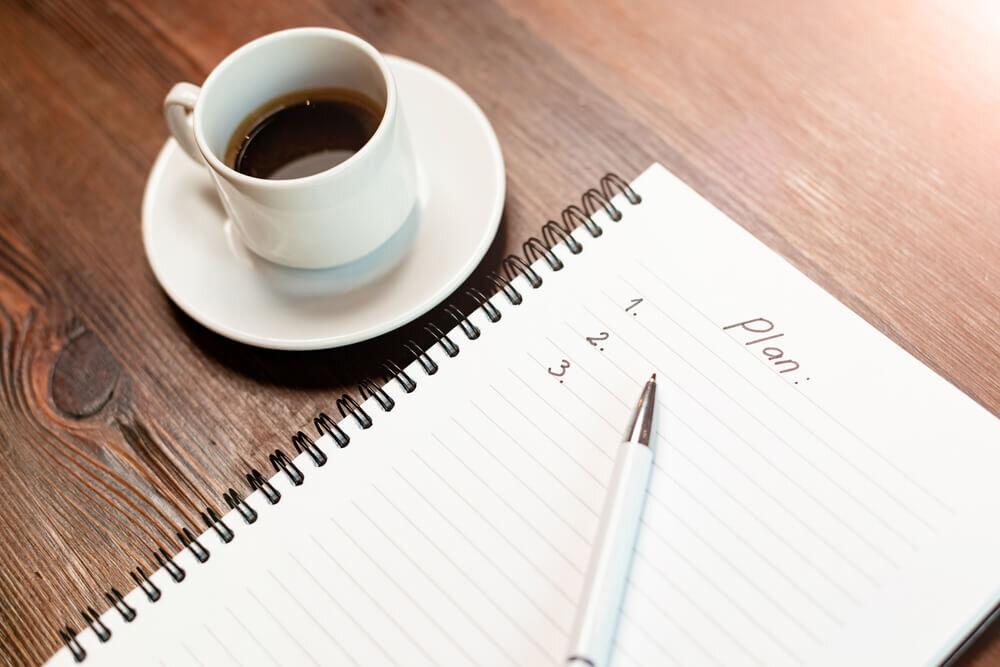 机の上のコーヒーとノート