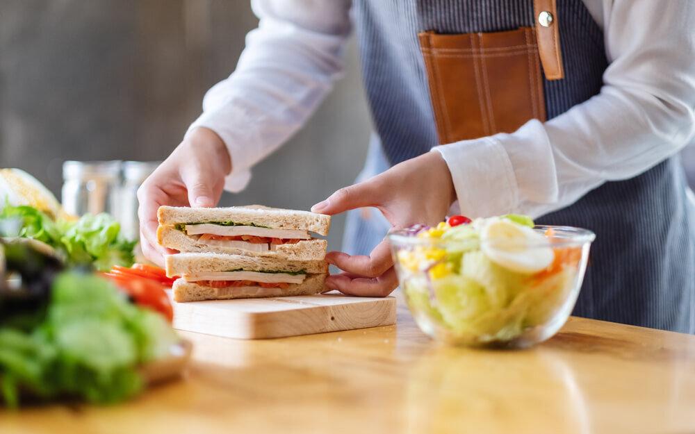 サンドイッチを調理するシェフ