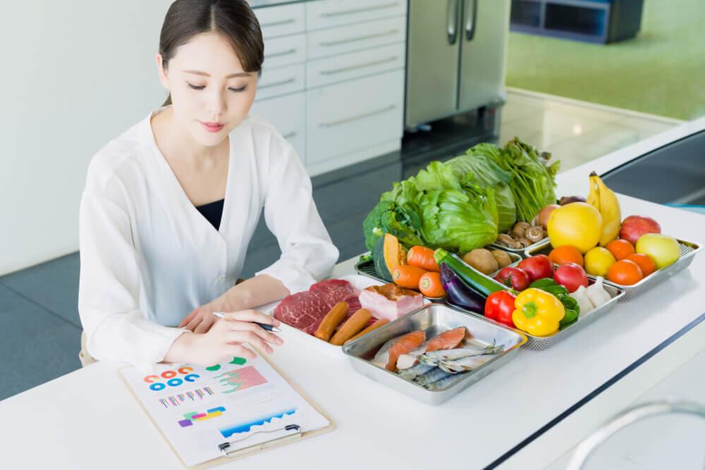 食材をチェックする女性