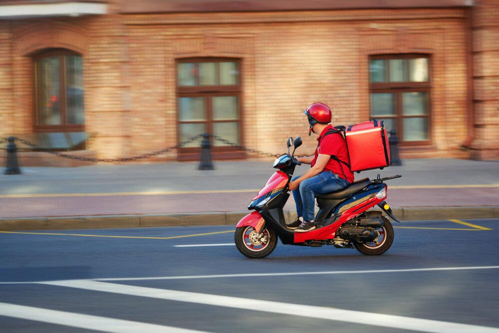料理を運ぶバイクの男性