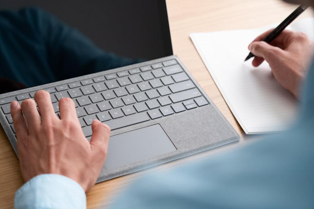 パソコンで仕事をする経営者男性