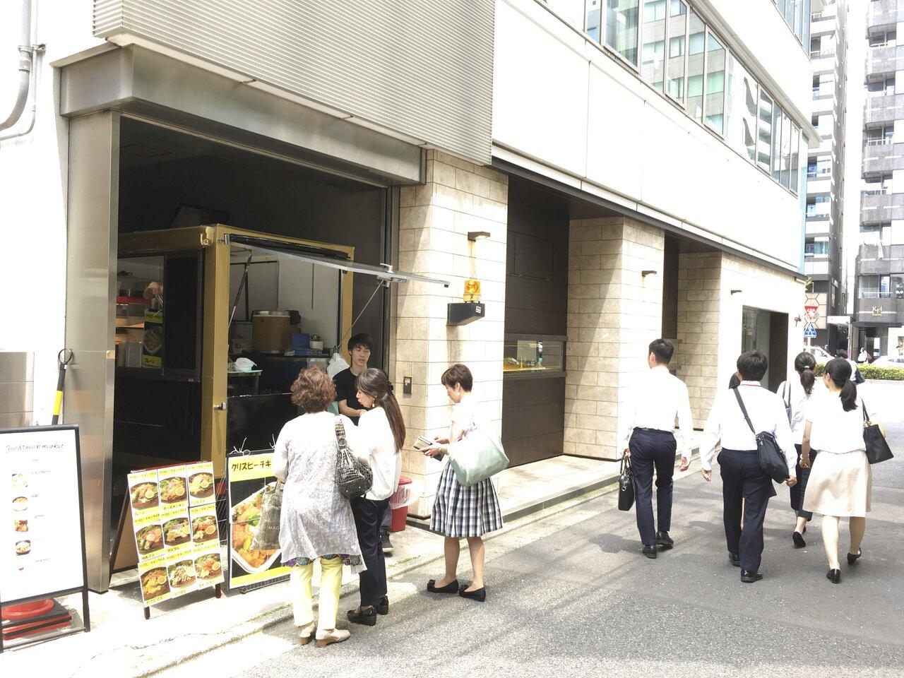 ビルの空きスペースで営業するキッチンカー