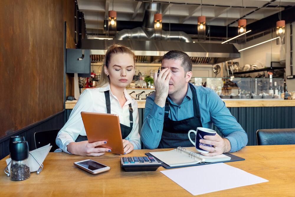 飲食店の資金繰りに悩む夫婦