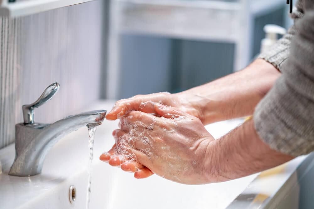 手洗いをする男性