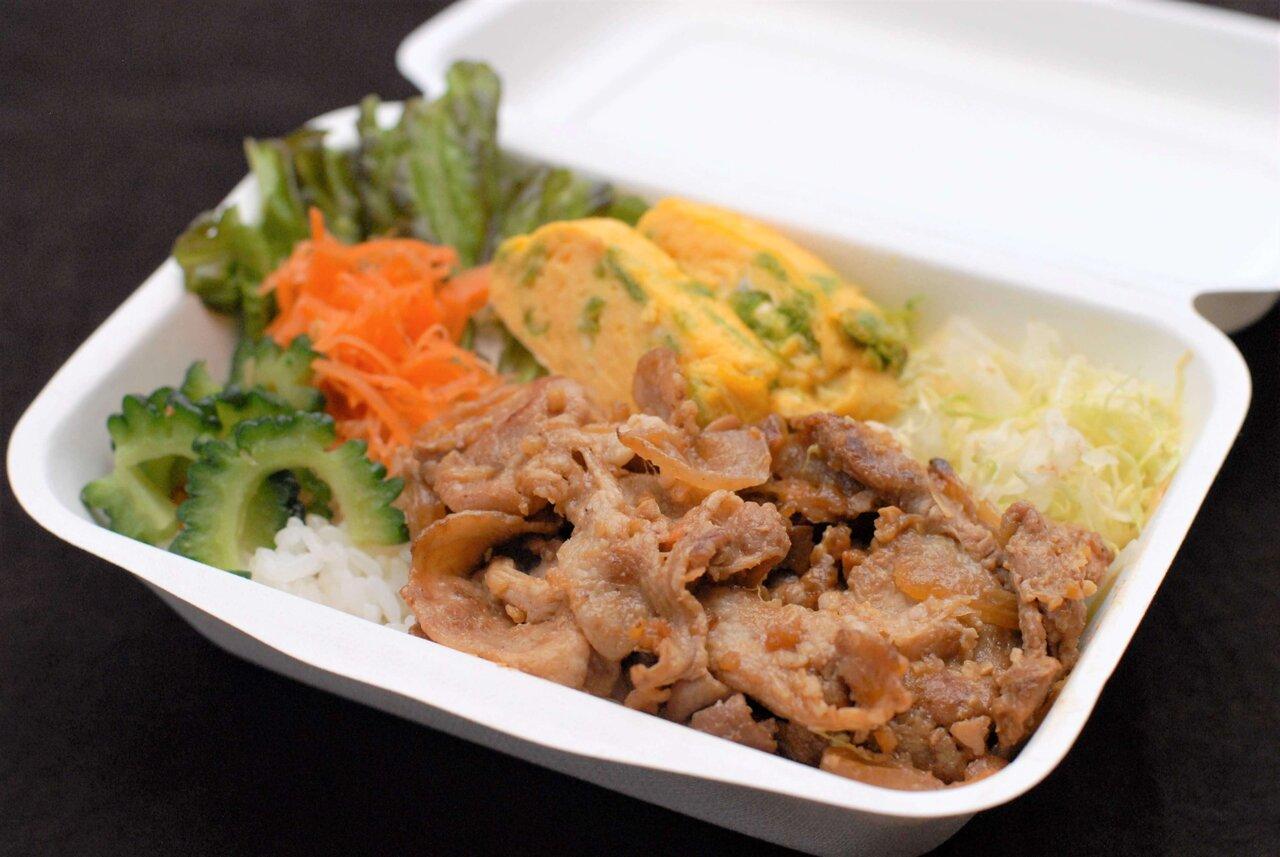 キッチンカーで購入した肉と野菜のランチ
