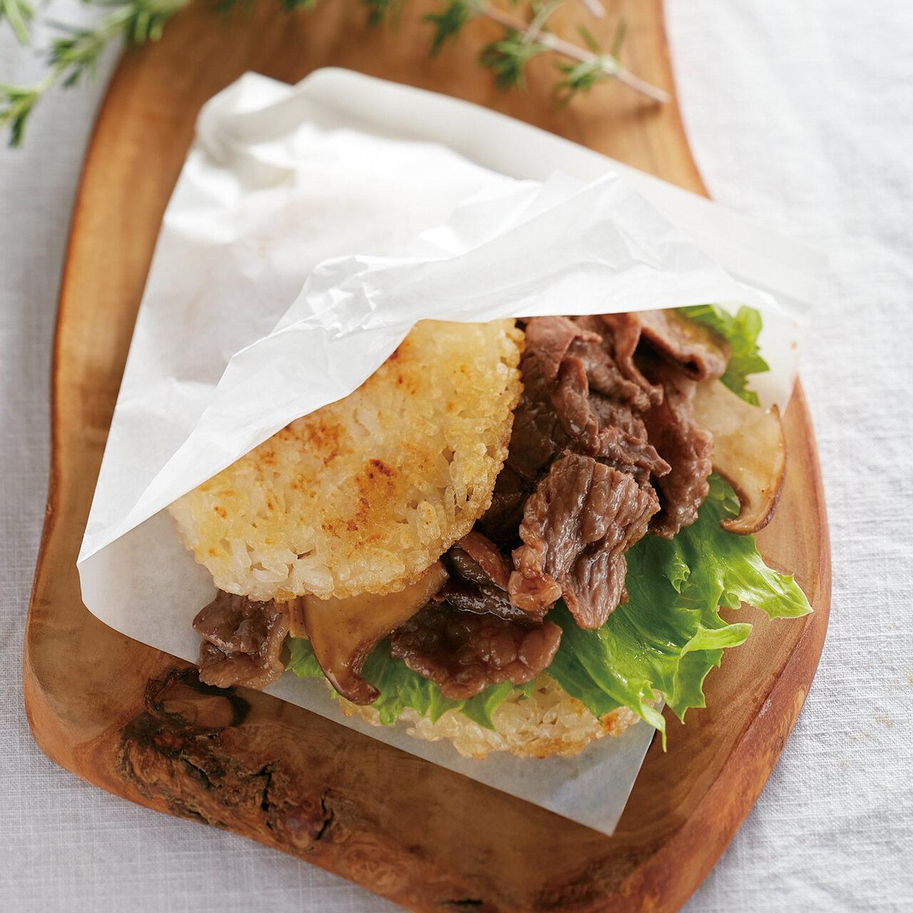牛肉とレタスのライスバーガー