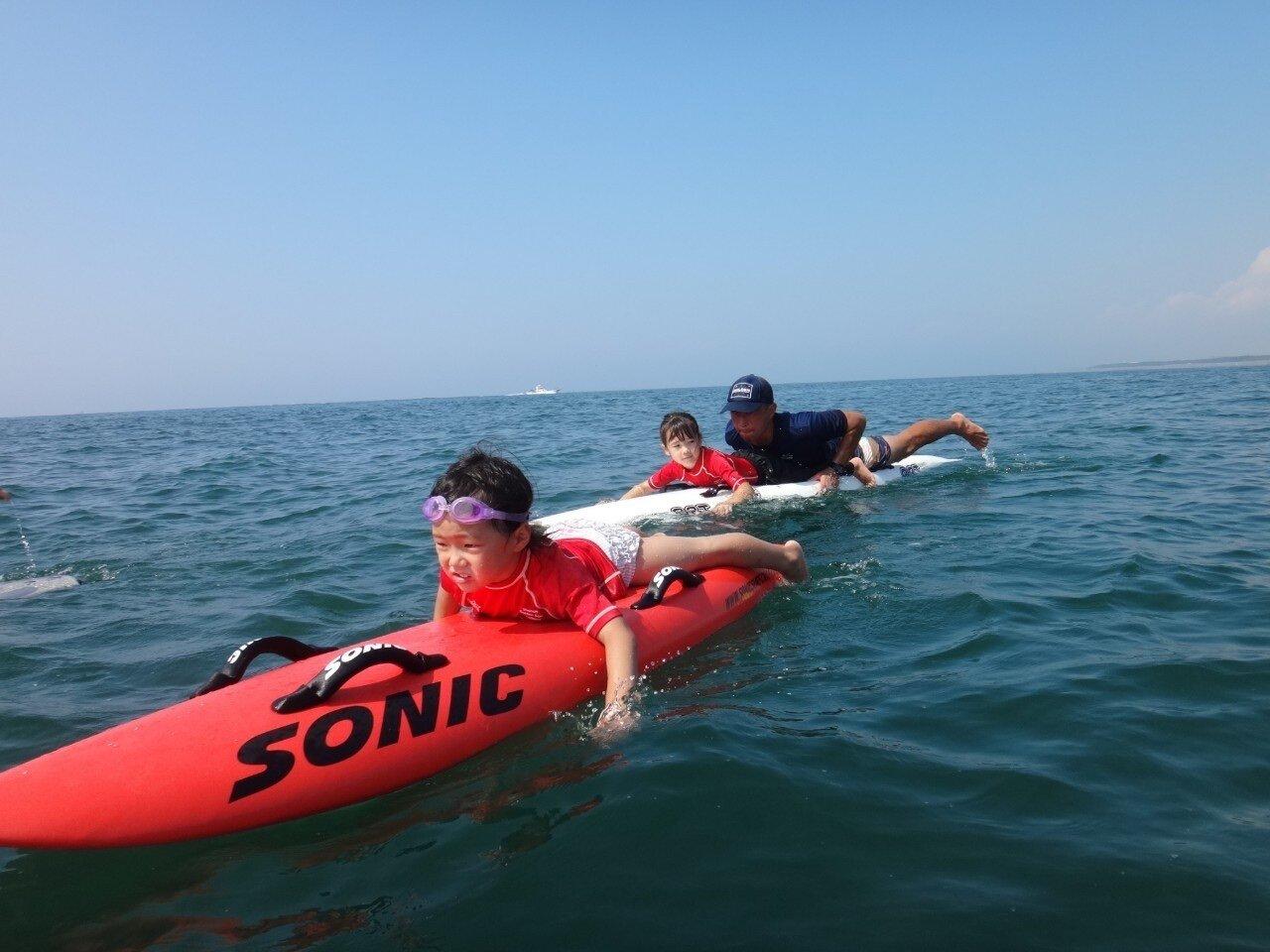 【ライフセービングチーム】海の上でものびのびの子どもたち!