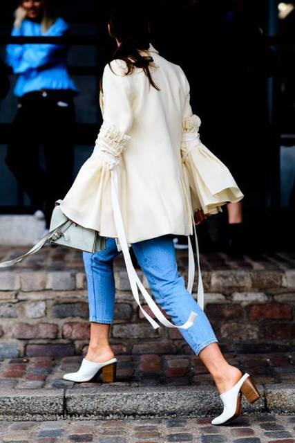 The London Fashion Week Spring 2017 street style scene was all about major sleeves, tracksuit pants, decorative coats and metallics for days. | Pinterest | コート… (20958)