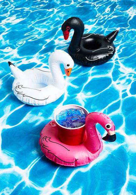 These are floating drink holders, I have to buy them!!!  (aff) Shake Your Cocktail Feathers Drink Float Set | BACKYARD | Pinterest | フェザー、カクテル、ドリンク (30379)