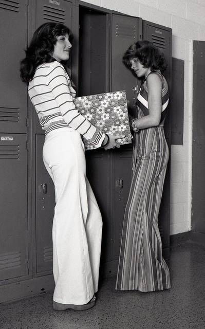 Two girls at their high school lockers, 1970s | Youth/ Retro Style | Pinterest | 生活 (45346)