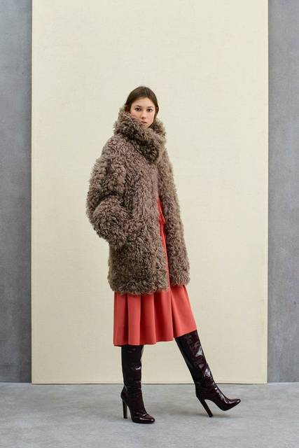 AGNONA Pre-Fall 2017 collection. Classical elegance achieved through shades of grey for women of refinement and aesthetic sensibility. https://www.… | Pinterest (47339)