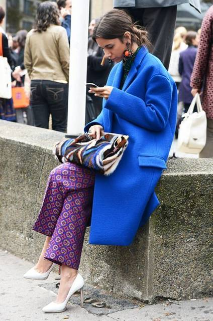 Women's Blue Coat, Purple Print Wide Leg Pants, White Leather Pumps, Blue Print Fur Clutch | ストリートファッション、服、かわいい (48453)