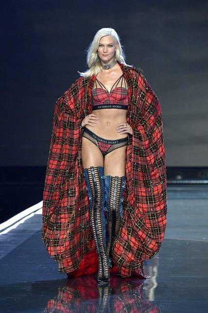 Karlie Kloss debuted the VSxBALMAIN collection at the Victoria's Secret Fashion Show in Shanghai. | Celebrities | Pinterest | Karlie kloss, Balmain and Fashion (50133)
