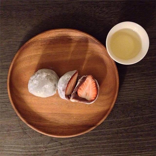 hoshさんはInstagramを利用しています:「#ichigodaifuku 昨日の 翠江堂 苺大福 ・・・ 苺大福は半分に切って それぞれを一口で食べるのが 良いと思う 苺とかあんこのバランスとか ・・ #翠江堂 #苺大福 #苺の日 #hoshi_wagashi ・・ 東京駅丸の内南口 ecute東京…」 (53562)
