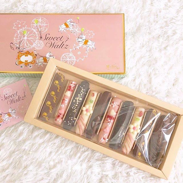 momo♡さんはInstagramを利用しています:「❁*.° お父さんお母さんから貰ったチョコ🍫💕 ベビーモンシュールのスイートワルツ💓 . お花とかハートとかデザインが可愛くて開けた瞬間ときめきました🌷✨ . 味もとっても美味しくて幸せ💓 可愛くて美味しいとか最高すぎる💕💕 . . #チョコ #チョコレート #モンシュール…」 (53807)