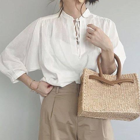 """LOCARI(ロカリ) on Instagram: """"春こそ使える「ベージュ」は、大人の着こなしを 垢抜けさせてくれる優秀カラー。 無難にまとまりがちな定番カラーだけれど @mao_look さんのようにギャザーの入った ブラウスと合わせればいっきに涼しげで 今っぽい印象に♡  #locari #ロカリ #ファッション #コーデ…"""" (54281)"""