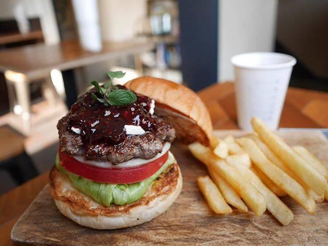 """yuki kato on Instagram: """". Happy Berry Christmas Burger  去年6月マンスリーのブルーベリーが好きで、 フルーツジャムのマンスリーは欠かさず食べてる。 数多くいるハッピーベリーファンの一人。 #tokyo #蔵前 #mcleanburgerstand…"""" (54934)"""