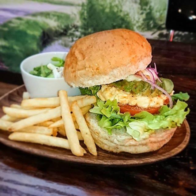 "10.CAFE & DINER on Instagram: ""昨日の  #ゼブンルール に 表参道にある  #マーガーバーガー ていうバーガーショップが出ていました🍔 オーナーさん #坪井真理子  さんがすごく明るく頑張ってらっしゃって、良い刺激を受けました✨ #アボカドタマゴバーガー  #ハンバーガー #バーガーサンドイッチ…"" (54940)"