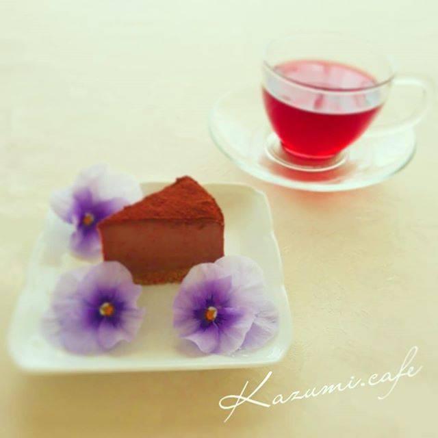 "kazumi on Instagram: ""ちょっと一息、ティーブレーク☕やっと金曜日💦今日も一日頑張ろう💕#リーバルカフェ認定講師#チョコレートレアチーズケーキ #ローズヒップティー #エディブルフラワー #おうちカフェ#製菓材料ならコッタ #富澤商店 #cake#tea #flower"" (55955)"