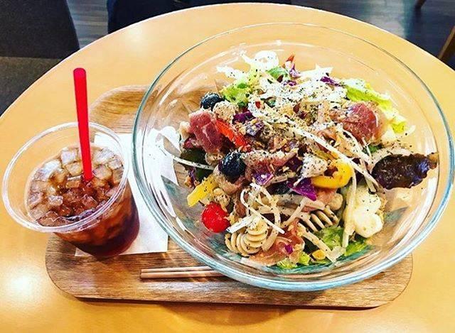 """@arisa2612 on Instagram: """"西新宿にある、サラダデリマルゴ🥗 トレーニング後のランチ、ものすごい野菜の量なんだけど、サラダで苦しくて動けなくなったの、初めてでした。笑 なんでも食べ過ぎは良くないね(´・ω・`)www #サラダデリマルゴ  #調査に乗ってラージサイズ #すごい量なんだよ、これ…"""" (57067)"""