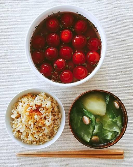 パパの一汁一菜日記(takkun)さんはInstagramを利用しています:「きょうの一汁一菜。 . *土鍋で炊いた玄米ごはん *春キャベツと新ジャガとソーセージのみそ汁 *ミニトマトのピクルス . 副菜は漬けて三日目のピクルス。 娘が12個も食べてくれました😊 . . . #一汁一菜 #おうちごはん #男子ごはん #おとこめし #主夫 #食育 #育児…」 (58112)